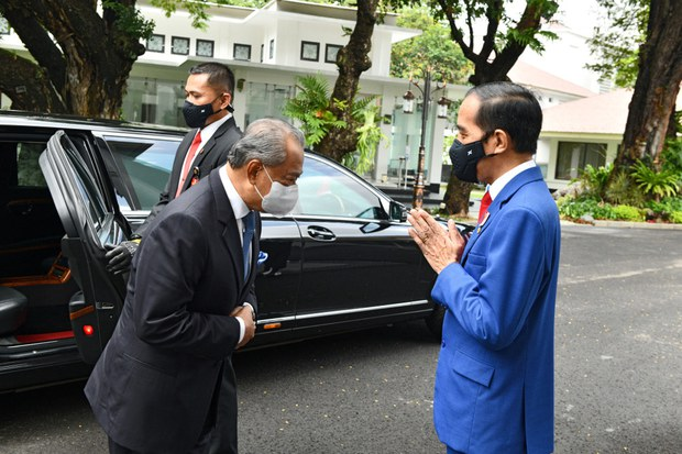 Presiden Indonesia Joko Widodo (kanan) menyambut Perdana Menteri Malaysia Muhyiddin Yassin di istana presiden di Jakarta menjelang pertemuan bilateral, 5 Februari 2021.