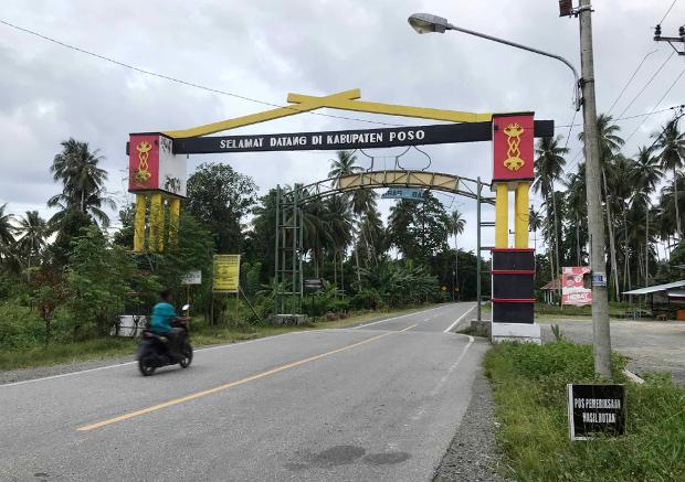 Seorang warga mengendarai sepeda motor melintas di gerbang Kabupaten Poso, Sulawesi Tengah, 21 November 2020. [Keisyah Aprilia/BenarNews]