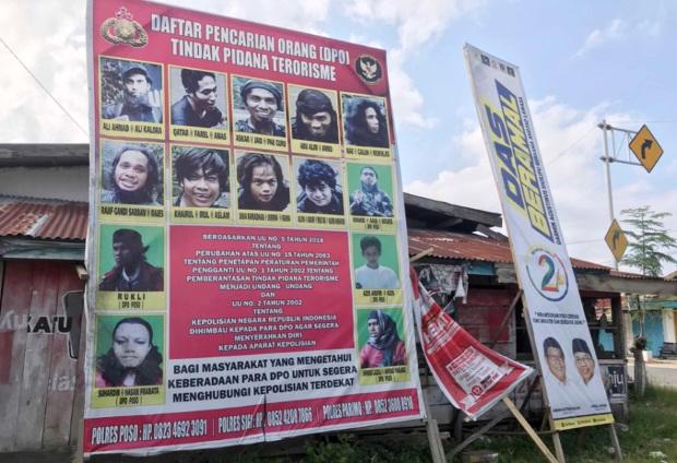 Daftar Pencarian Orang (DPO) para anggota Mujahidin Indonesia Timur terlihat di Desa Tabalu, Kecamatan Poso Pesisir, Kabupaten Poso, 20 November 2020. [Keisyah Aprilia/BenarNews]