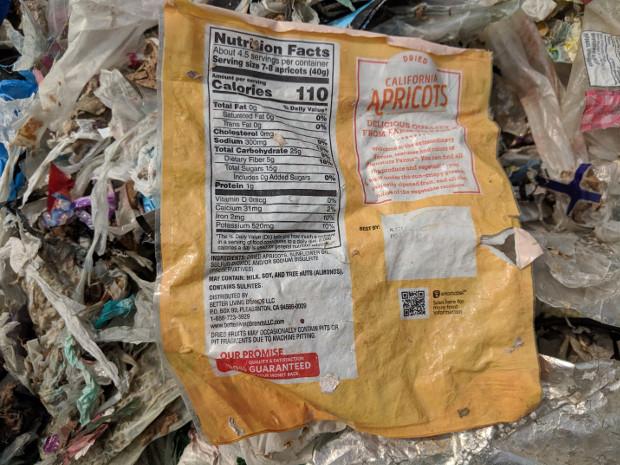 Sebuah kemasan plastik makanan produksi Amerika ditemukan di lokasi pembuangan sampah di Bekasi, 16 Mei 2019. (Ahmad Syamsudin/BeritaBenar)