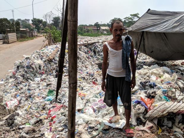 Seorang pria berdiri di antara timbunan sampah plastik impor di tempat pembuangan sampah akhir di Bekasi, Jawa Barat, 16 May, 2019. (Ahmad Syamsudin/BeritaBenar)