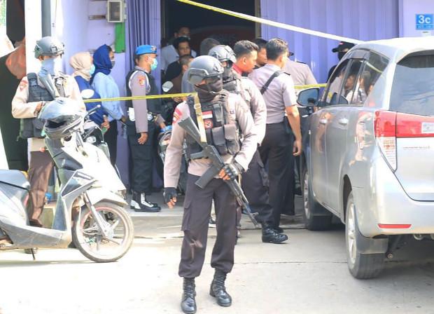 Polisi menggeledah rumah seorang terduga teroris yang ditangkap di Samarinda, Kalimantan Timur, 19 November 2019. (Gunawan/BeritaBenar)