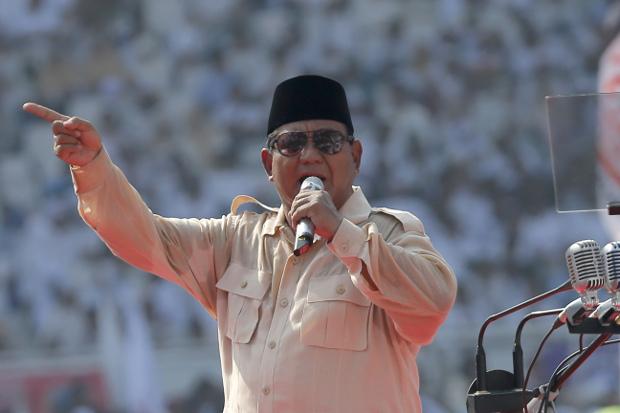 Kandidat presiden Prabowo Subianto berpidato dalam kampanye akbar pemilihan presiden di Stadion Gelora Bung Karno di Jakarta, 7 April 2019. (AP)