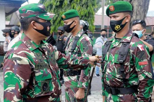 Wakil Komandan Satgas Operasi Madago Raya Brigjen Farid Makruf (kiri) mengecek kesiapan personel yang akan dikirim mengikuti Operasi Madago Raya di Poso, 17 Mei 2021. [Keisyah Aprilia/BenarNews]
