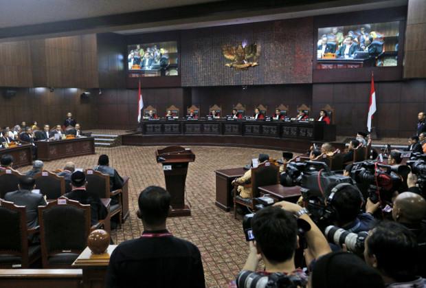 Majelis hakim yang terdiri dari sembilan orang melakukan sidang akhir gugatan hasil pemilihan presiden yang diajukan oleh pasangan kandidat Prabowo Subianto-Sandiaga Uno di Mahkamah Konstitusi di Jakarta, 27 Juni 2019. (AP )
