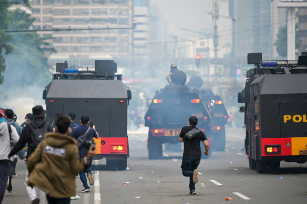Aparat keamanan dengan kendaraan lapis baja bersiaga di ibu kota pada 13 Oktober 2020 di tengah pengunjuk rasa yang mengecam Undang-Undang Cipta Kerja yang oleh masyarakat dilihat mengebiri hak-hak buruh dan mengorbankan kelestarian lingkungan demi investasi. [AFP]