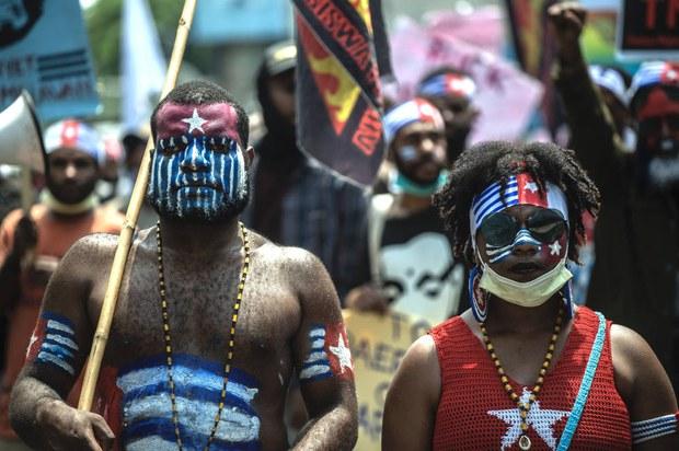 Sejumlah aktivisPapua melakukan unjuk rasa memperingati hari jadi Organisasi Papua Merdeka di Surabaya, 1 December 2020.