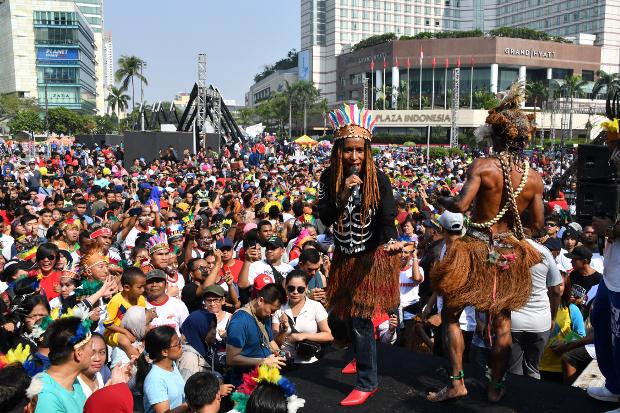 Menggemakan persatuan dan kesatuan bangsa, ratusan warga Papua yang tinggal di Jakarta menggelar acara musik dan tarian Yospan Papua di sela-sela kegiatan Car Free Day (CFD) Bundaran Hotel Indonesia (HI), Jakarta, Minggu, 1 September 2019.