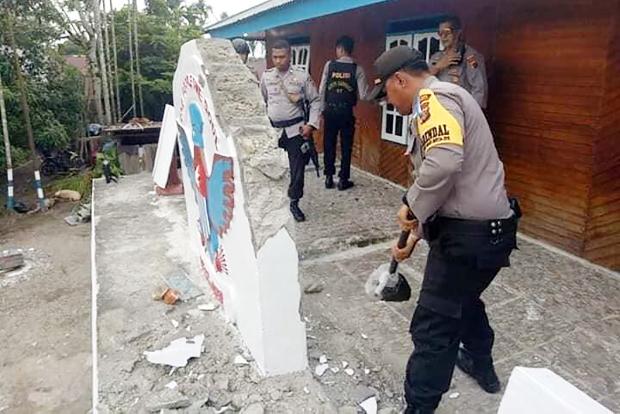 Polisi menghancurkan pagar bangunan yang dijadikan sebagai Sekretariat KNPB wilayah Mimika, Papua, 31 Desember 2018. (Dok. PAHAM Papua)