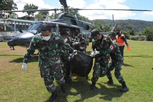 Jenazah prajurit Kodam XVII/Cenderawasih, Pratu Ida Bagus Putu S, yang tewas dalam kontak senjata dengan kelompok separatis bersenjata di Kabupaten Pegunungan Bintang tiba di Jayapura, Papua, Selasa, 21 September 2021.