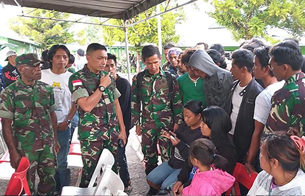 Keluarga yang jadi korban pembunuhan di Nduga datang ke Markas Kodim Jayawijaya di Wamena, Papua, 4 Desember 2018, untuk mendapat informasi tentang saudara mereka. (Islami/BeritaBenar)
