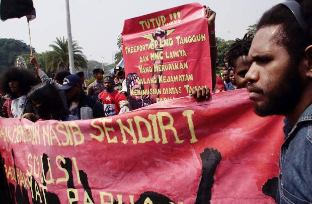 Mahasiswa Papua membentangkan spanduk saat menggelar aksi damai di depan Istana Kepresidenan di Jakarta, 2 Agustus 2018. (Arie Firdaus/BeritaBenar)