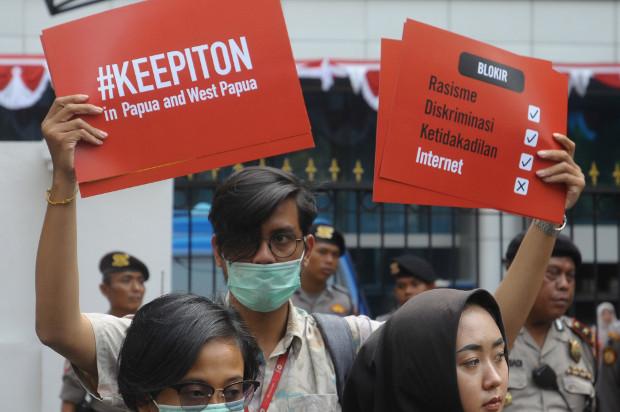 Aktivis mengadakan unjuk rasa menentang diskriminasi dan pemblokiran internet di Papua, di depan kantor Kementerian Komunikasi dan Informatika, Jakarta, 23 Agustus 2019.