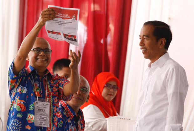 Seorang petugas KPPS memperlihatkan surat suara sebelum memberikannya kepada kandidat petahana, Presiden Joko Widodo di TPS 08, di Lembaga Administrasi Negara, Gambir, Jakarta Pusat, 17 April 2019. (Keisyah Aprilia/BeritaBenar)