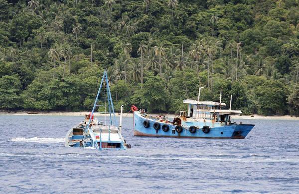 Dua kapal nelayan asing sedang ditenggelamkan di perairan Natuna, 29 Oktober 2017. (Dok. Humas KKP)
