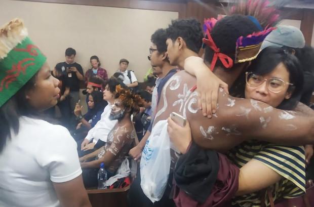 Aktivis Solidaritas untuk Rakyat Papua memeluk tersangka Dano Anes Tabuni, setelah menjalani sidang di Pengadilan Negeri Jakarta Pusat, 16 Desember 2019. (Rina Chadijah/BeritaBenar)