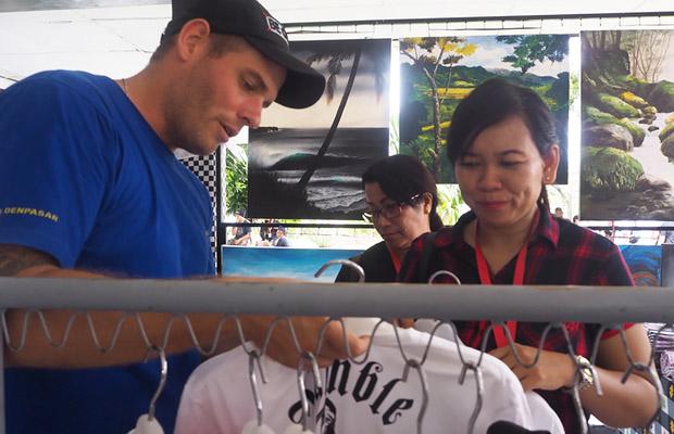 Matthew Norman menjual kaosnya kepada pengunjung Lembaga Pemasyarakatan Kerobokan di Bali, 24 November 2018. (Anton Muhajir/BeritaBenar)