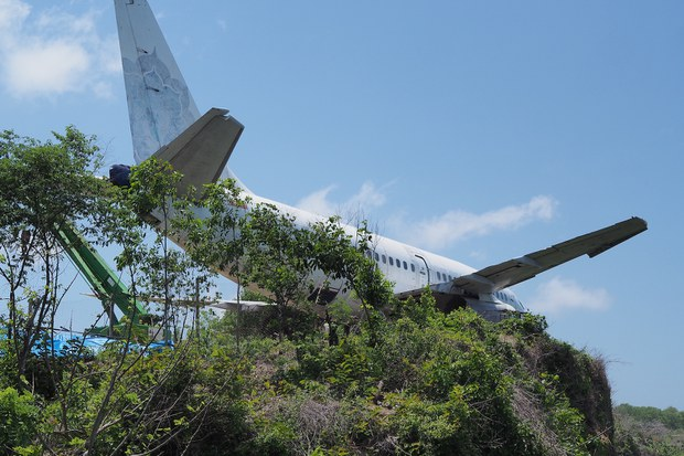 Bangkai Pesawat di Tebing Bali Picu Kontroversi