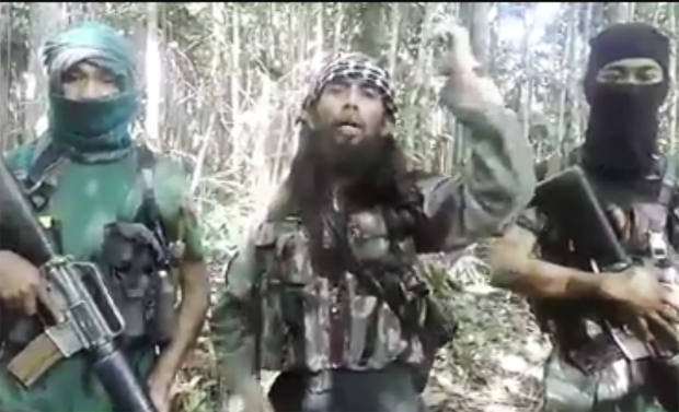 Dalam gambar yang diambil dari rekaman video di media sosial, tampak Ali Kalora diapit dua pengikutnya. (Keisyah Aprilia/Berita Benar)