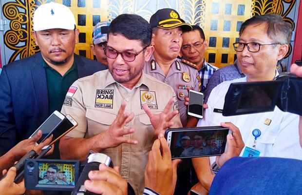 Anggota Komisi III DPR RI, Nasir Djamil, (tengah) dan Kakanwil Kemenkumham Aceh, Agus Toyib (kanan) berbicara kepada wartawan di Lapas Banda Aceh, 30 November 2018. (Nurdin Hasan/BeritaBenar)