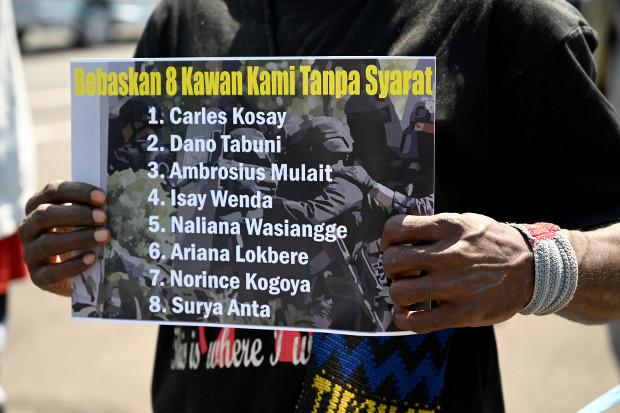 Seorang aktivis Papua membawa poster tuntutan pembebasan sejumlah rekannya yang ditangkap aparat keamanan dalam sebuah unjuk rasa di Denpasar, Bali, 6 September 2019. (AFP)