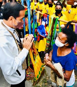 Dalam perjalanan menuju hotel tempatnya menginap, Presiden Joko Widodo membeli dua noken - tas tradisional Papua - dari seorang warga lokal, demikian unggahan Presiden yang akan membuka PON XX di Jayapura dalam akun resmi Facebook miliknya pada Jumat, 1 Oktober 2021.