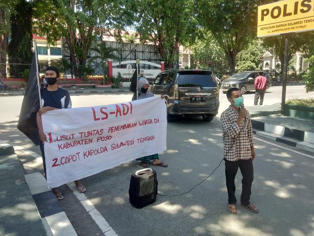Perwakilan organisasi Lingkar Studi Aksi dan Demokrasi Indonesia (LSADI) berunjuk rasa di depan kantor Polda Sulteng, Kamis, 4 Juni 2020. [Keisyah Aprilia/BenarNews]