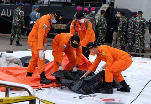 Tim Basarnas menemukan benda diduga bagian dari ban pesawat Sriwijaya Air penerbangan SJ-182 dalam pencarian di perairan sekitar Pulau Laki dan Pulau Lancang, Kepulauan Seribu, Jakarta, 10 Januari 2021. [Ronna Nirmala/Benarnews]