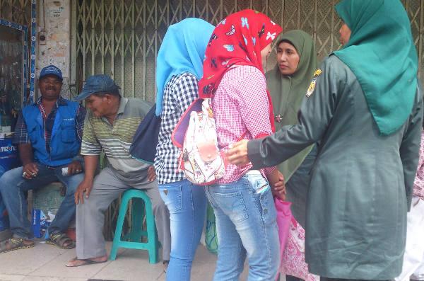 Polisi syariah menasihati dua perempuan yang mengenakan celana ketat di Banda Aceh, 13 November 2017. (Nurdin Hasan/BeritaBenar)