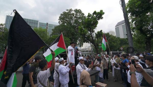 Seorang pengunjuk rasa berorasi mengutuk pengakuan AS atas Yerusalem sebagai ibukota Israel, di depan kedutaan AS di Jakarta, Jumat, 8 Desember 2017. (Putra Andespu/BeritaBenar)
