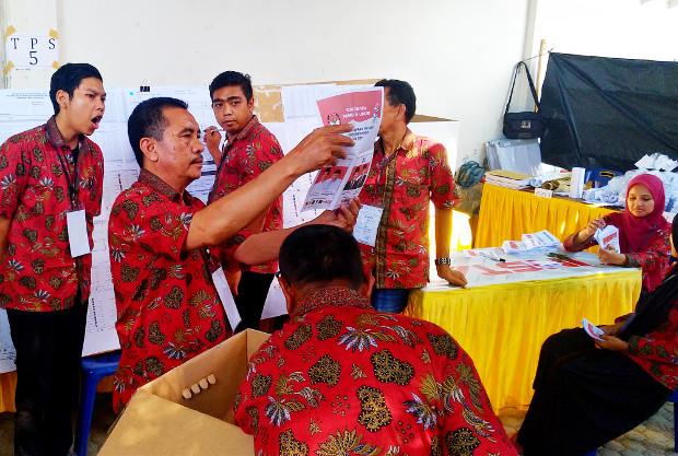 Petugas Kelompok Penyelenggara Pemungutan Suara menghitung surat suara pasangan calon presiden dan wakil presiden di TPS 5 Desa Ie Masen Kayee Adang, Banda Aceh, 17 April 2019. (Nurdin Hasan/BeritaBenar)