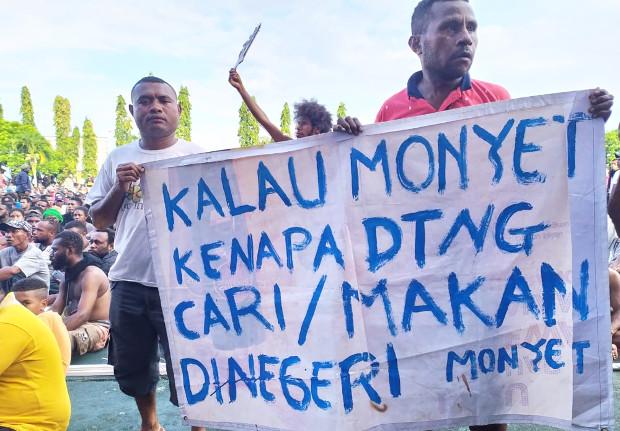Warga membawa poster saat melakukan aksi protes bersama ribuan massa di halaman kantor gubernur Papua Jayapura, 19 Agustus 2019. (Yuliana Lantipo/BeritaBenar)