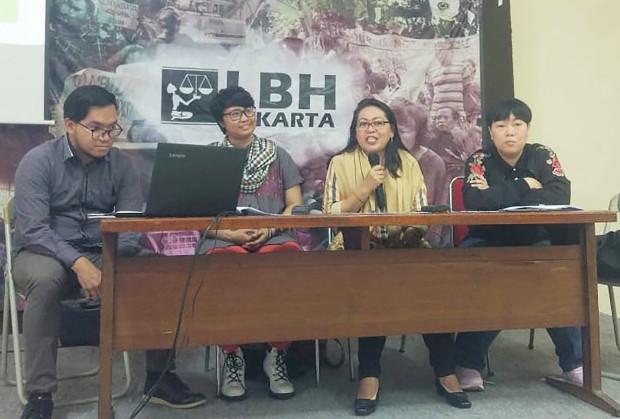 Dari kiri: pengacara LBH Andi Komara, aktivis PKBI Riska Carolina, koordinator JKP3 Ratna Batara Munti dan Inayah Wahid, saat jumpa pers di Kantor LBH Jakarta, 6 Februari 2019. (Rina Chadijah/BeritaBenar)
