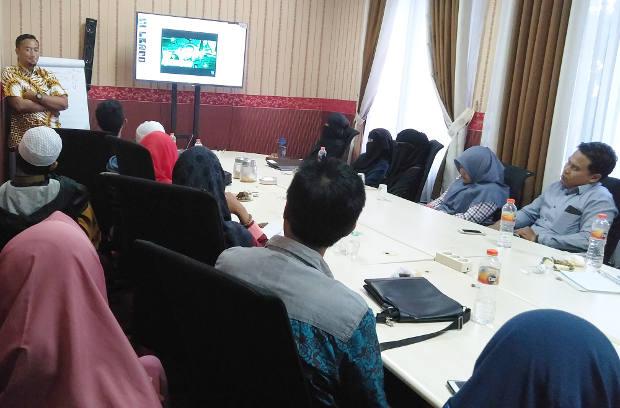 Santri dan komunitas berdiskusi mengenai tema yang akan diangkat bersama untuk menangkal paham radikal di Malang, Jawa Timur, 20 Oktober 2018. (Eko Widianto/BeritaBenar)