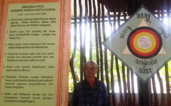 Ketua Presidium II Majelis Luhur Kepercayaan Indonesia (MLKI) Jawa Timur, Otto Bambang Wahyudi, berdiri di sisi Simbol dan Pitu Pitutur Sapto Darmo di Sanggar Jemursari Surabaya, 17 November 2017. (Yovinus Guntur/BeritaBenar)