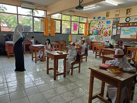 Suasana belajar tatap muka di SDN Rawamangun 12 Pagi, Jakarta Timur, Senin, 30 Agustus 2021.