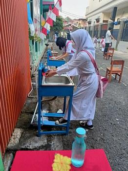 Murid-murid mencuci tangan sebelum memulai kegiatan belajar sebagai bagian dari protokol kesehatan yang harus diikuti guna mencegah penularan COVID-19 dalam masa pandemi, di SDN Rawamangun 12 Pagi, Jakarta Timur, Senin, 30 Agustus 2021. [Tria Dianti/BenarNews].