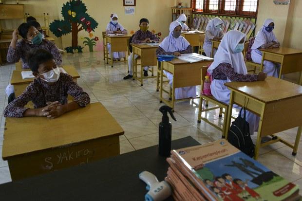 Pemerintah Larang Sekolah Negeri Wajibkan Pemakaian Simbol Agama
