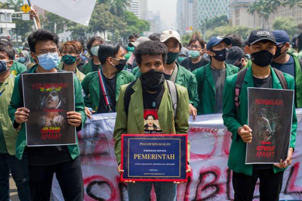 Mahasiswa turun ke jalan turut berunjuk rasa menentang Undang-Undang Cipta Kerja yang dikhawatirkan para kritikus akan menguntungkan investor dengan mengorbankan hak-hak buruh dan lingkungan, di Jakarta, pada 20 Oktober 2020. [AFP]