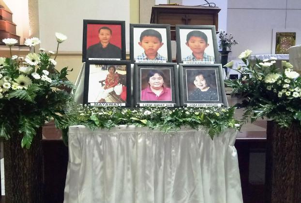 Foto para korban serangan bom bunuh diri setahun lalu dipajang dalam Gereja Katolik Santa Maria Tak Bercela Surabaya, Jawa Timur, 14 Mei 2019. (Yovinus Guntur/BeritaBenar)