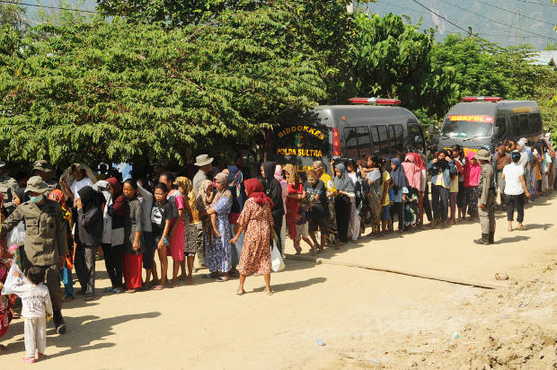 Warga mengantre bantuan di Desa Langaleso, Kabupaten Sigi, Sulawesi Tengah, 5 Oktober 2018. (Keisyah Aprilia/BeritaBenar)