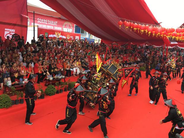 Para pemandu altar dari salah satu klenteng peserta pawai Tatung memegang erat altar yang mereka bawa yang bergerak sendiri saat melewati podium utama di parade Tatung, festival Cap Go Meh di Singkawang (8/2/2020). (Ismira Lutfia Tisnadibrata/BenarNews).