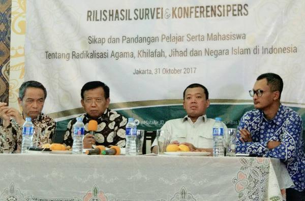 Kiri ke kanan: Didin Wahidin (Direktur Kemahasiswaan Kementerian Riset, Teknologi dan Pendidikan Tinggi), Akhmad Muqowam (Sekretaris Jenderal Ikatan Alumni Universitas Diponegoro), Nusron Wahid (Nahdlatul Ulama), dan Hasanuddin Ali (CEO Alvara Research Center) saat jumpa pers di Jakarta, 31 Oktober 2017.