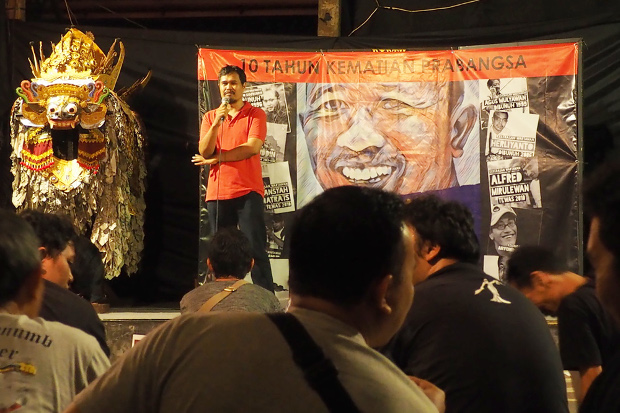 Seorang jurnalis memberikan kesaksian saat memperingati 10 tahun kematian Prabangsa di Denpasar, Bali, 11 Februari 2019. (Anton Muhajir/BeritaBenar)