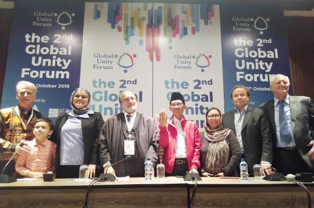 "Para aktivis lintas negara ""2nd Global Unity Forum"" melakukan foto bersama usai menggelar jumpa pers di Yogyakarta, 26 Oktober 2018."