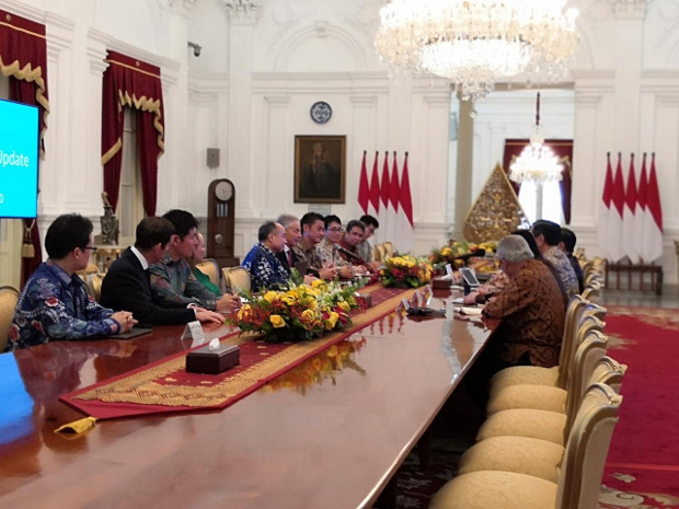 Tony Blair dan Masayoshi Son dalam pertemuan dengan pejabat Indonesia di Istana Merdeka, Jakarta, 28 Februari 2020. [Tia Asmara/BenarNews]