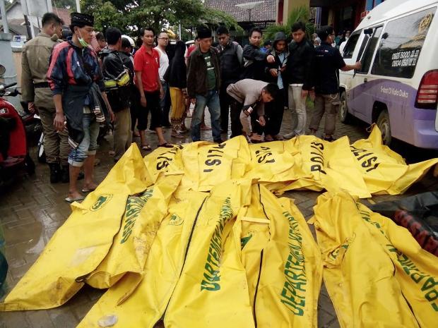 Korban tsunami yang tewas ditaruh dalam kantong-kantong jenazah di Carita, Pandeglang, Banten, pada 23 Desember 2018, setelah wilayah tersebut sehari sebelumnya diterjang tsunami yang dipicu oleh erupsi Gunung Anak Krakatau. (AFP)