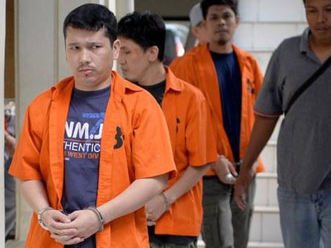 Ahmet Bozoghlan (kiri), seorang etnis minoritas Uighur di Cina, berjalan sebelum muncul di Pengadilan Negeri Jakarta Utara atas tuduhan tindak pidana terorisme, 29 Juli, 2015.