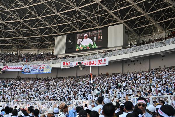 Video ustad Rizieq Shihab, ketua kelompok garis keras Front Pembela Islam, ditayangkan saat kampanye akbar calon presiden Prabowo Subianto di Stadion Gelora Bung karno, di Jakarta, 7 April 2019. (AP)