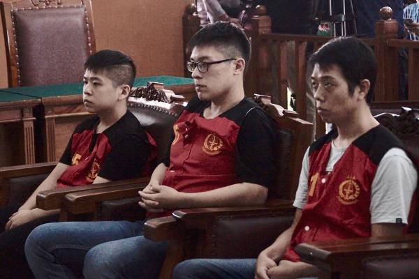 Tiga warga Taiwan kasus penyeludupan narkoba (kiri ke kanan) Liao Guan Yu, Chen Wei Cyuan, Hsu Yung Li dalam persidangan di Pengadilan Negeri Jakarta Selatan, 26 April 2018. (Arie Firdaus/BeritaBenar)